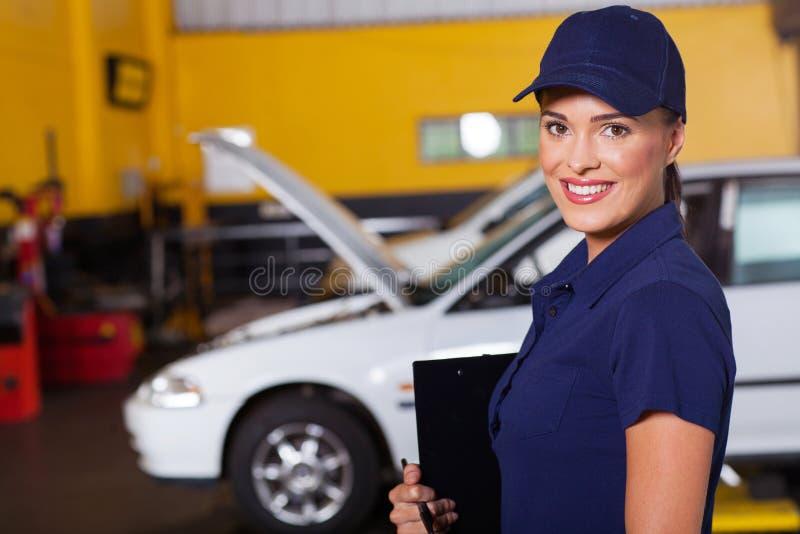 Kvinnlig garagechef arkivfoton