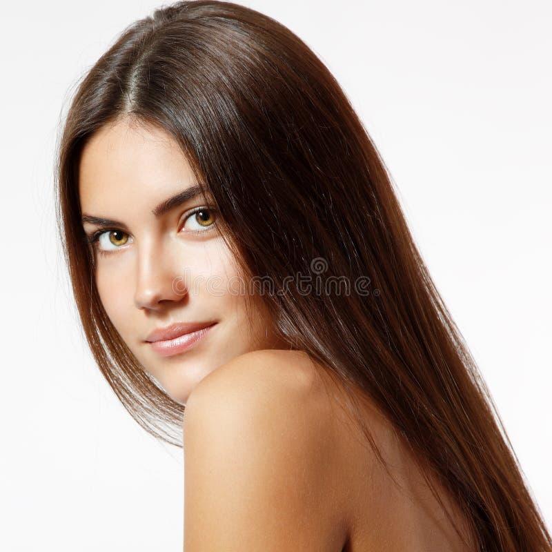 Härligt gladlynt tycka om för ung kvinna med långt starkt bruntH royaltyfri fotografi