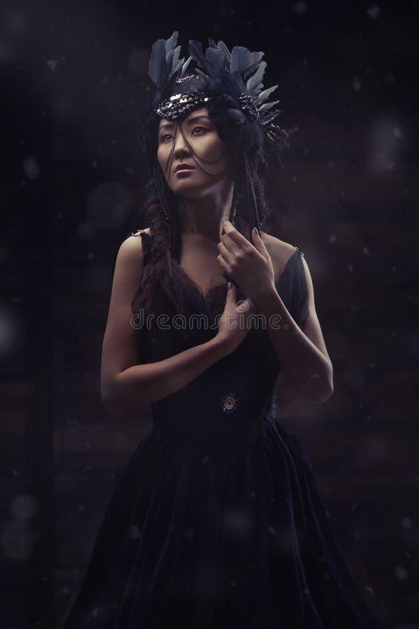 Härligt glamoröst asiatiskt posera för kvinna arkivfoton