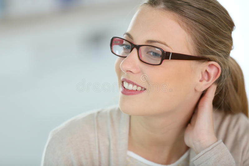 härligt glasögon som ler kvinnan arkivfoton