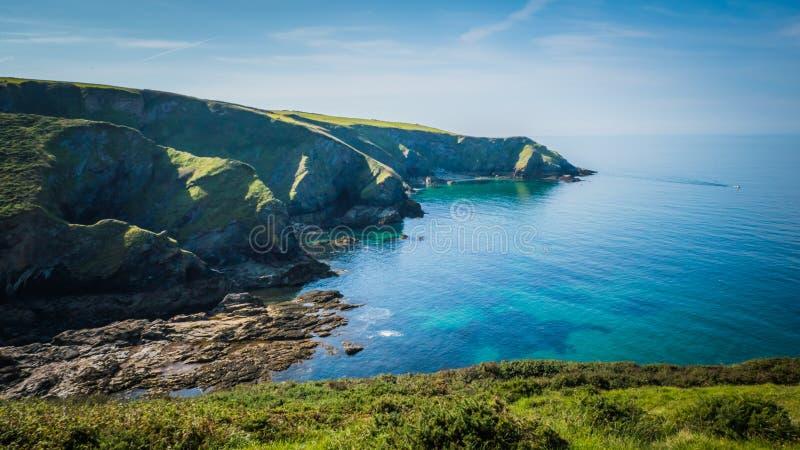 Härligt grönt klippalandskap vid det blåa Atlanticet Ocean nära stolpen Isaac i Cornwall, UK arkivfoton