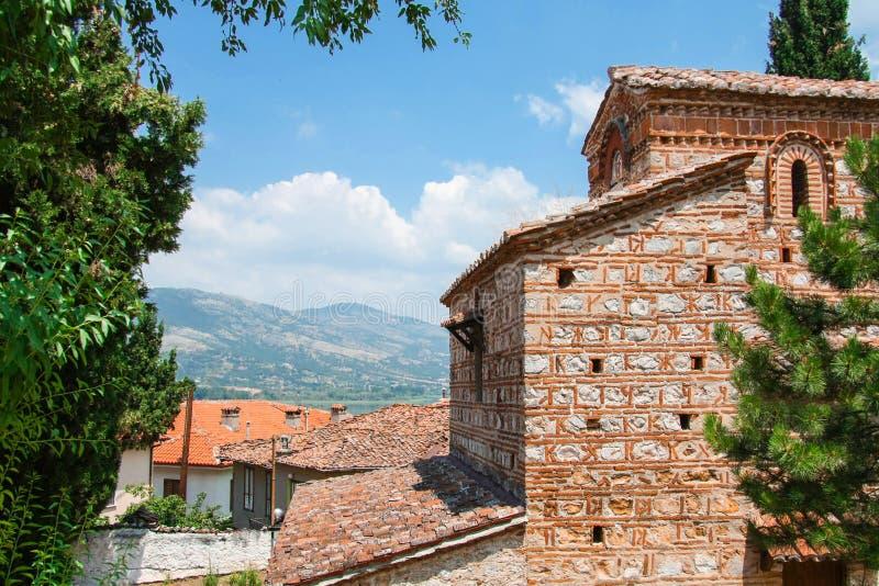 Härligt grekiskt landskap med berget, Kastoria tak och och den gamla bysantinekyrkan Grekland fotografering för bildbyråer