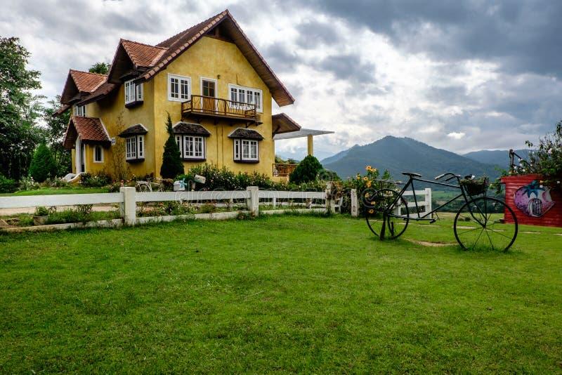 Härligt gult hus, pai, Thailand royaltyfri fotografi