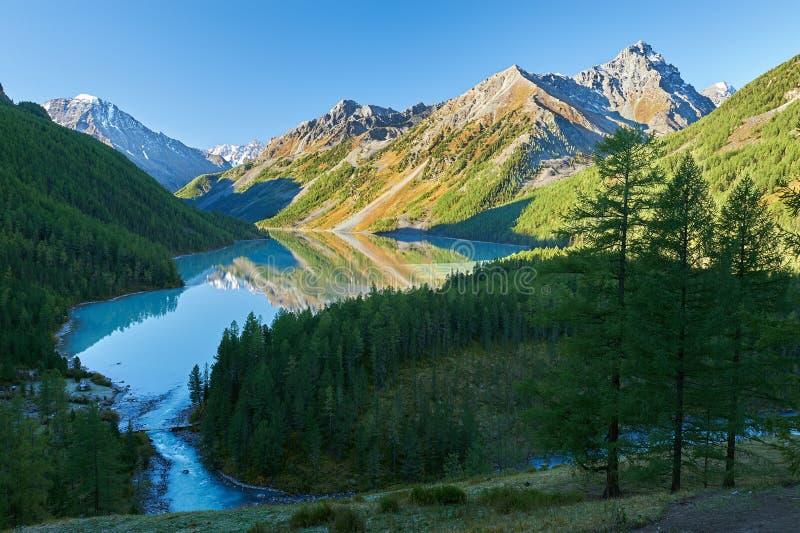 Härligt höstlandskap, Altai berg Ryssland arkivbilder
