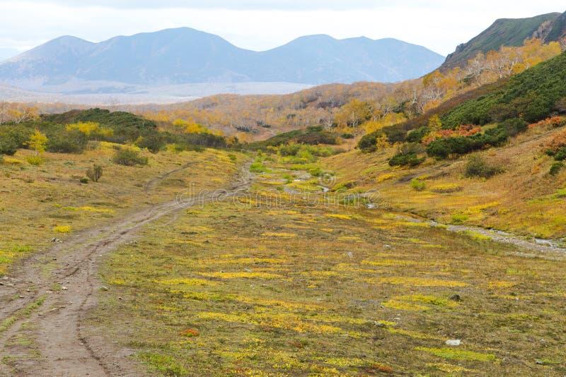 Härligt höstlandskap i berg i Kamchatka royaltyfria bilder