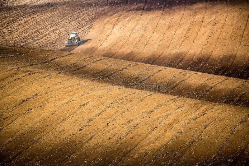 Härligt höstlandskap med den funktionsdugliga traktoren i södra moravia, Tjeckien åkerbruk comcept Tjeckiska Tuscany Moravian wav royaltyfria foton