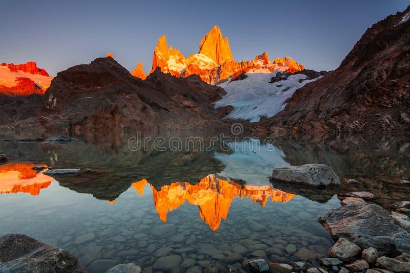 Härligt höstsiktsFitz Roy berg argentina patagonia arkivfoton