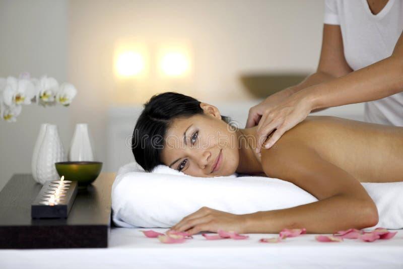 härligt ha massagekvinnan arkivfoton