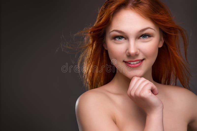 härligt haired rött kvinnabarn arkivbild