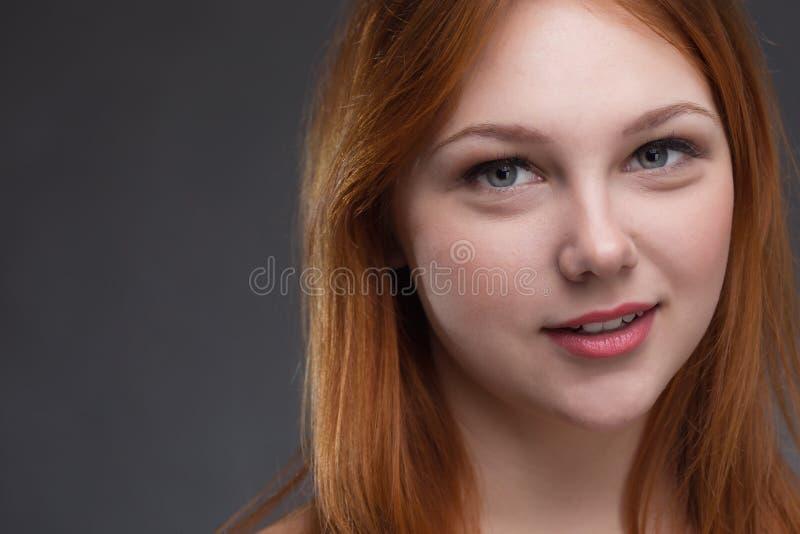 härligt haired rött kvinnabarn royaltyfri bild
