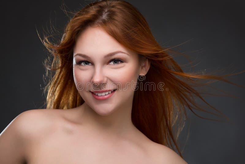 härligt haired rött kvinnabarn royaltyfria foton