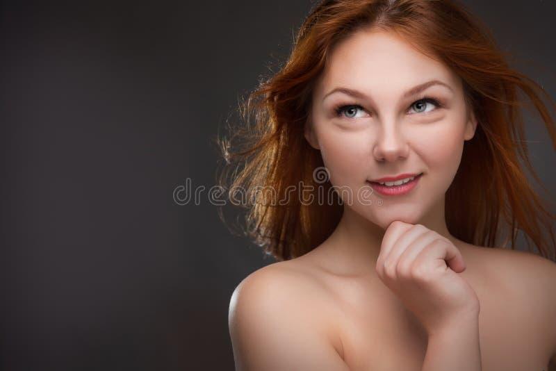 härligt haired rött kvinnabarn arkivfoto
