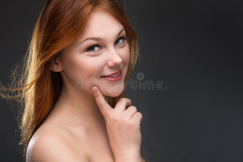 härligt haired rött kvinnabarn royaltyfri fotografi