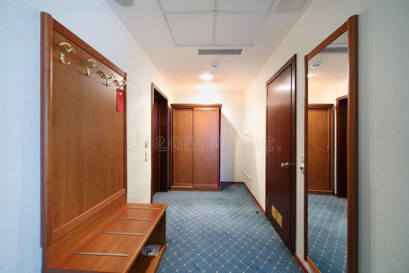 Härligt hall med trägarderoben royaltyfria bilder