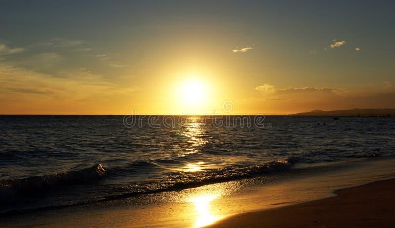 härligt hav över solnedgång royaltyfria foton