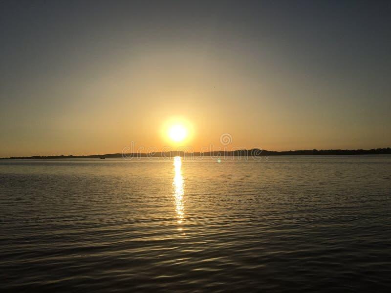 Härligt hav, solljus och solnedgång i Danmark royaltyfri bild