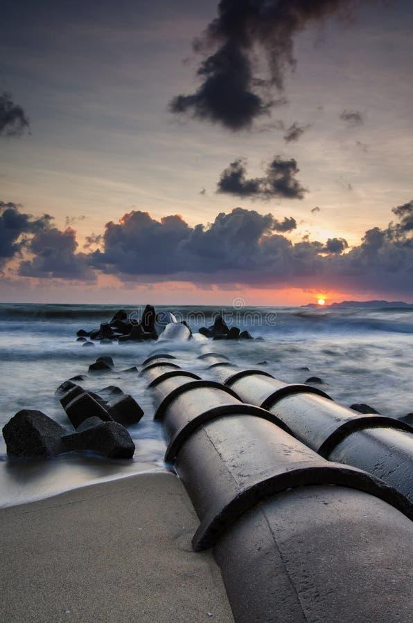 Härligt havssiktslandskap över att bedöva soluppgångbakgrund royaltyfria foton
