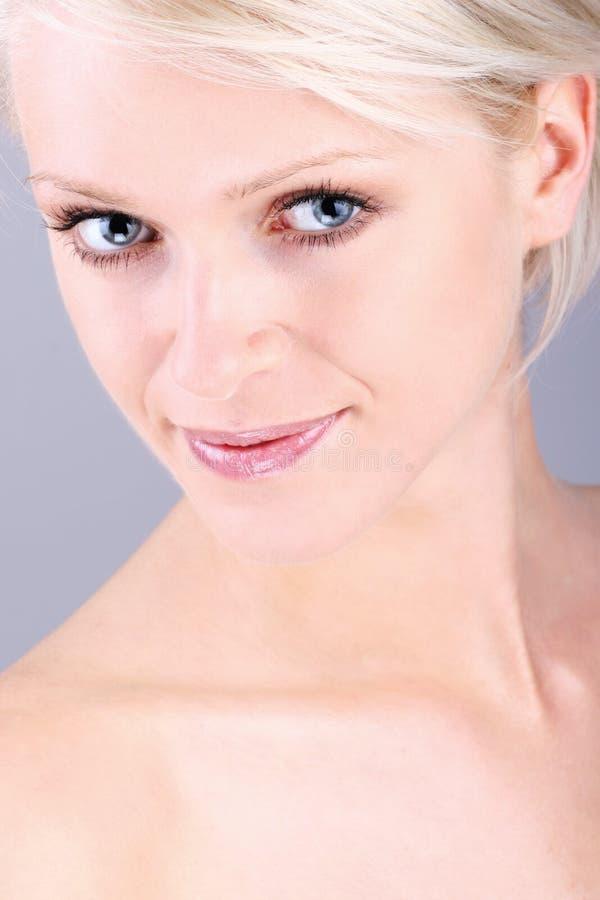 Härligt head och skuldror av en blond kvinna fotografering för bildbyråer