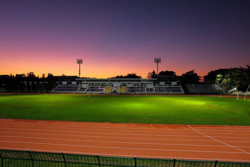 Härligt himmelljus i sportstadion royaltyfri foto