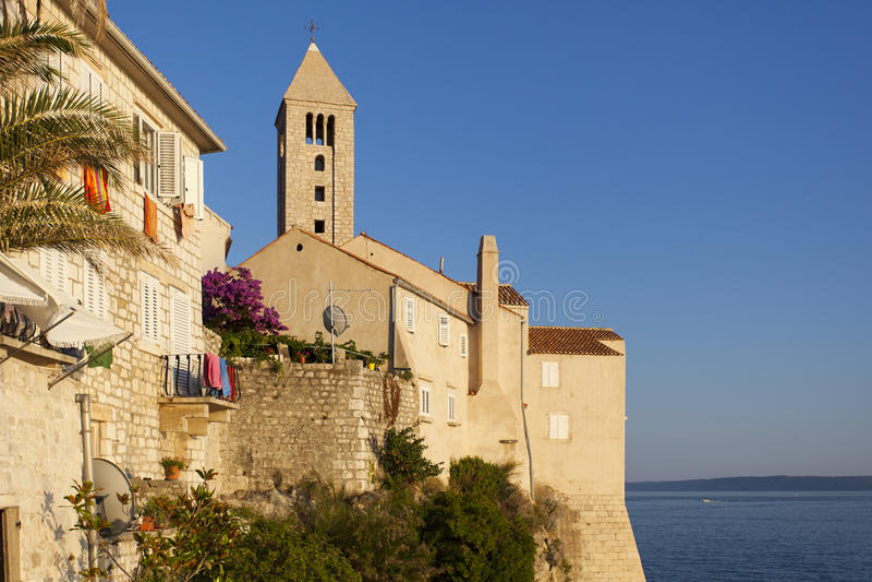 Härligt historiskt torn i Rab, med havet i bakgrund arkivfoton