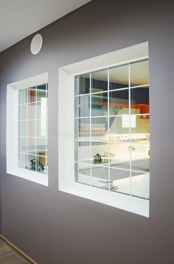 Härligt hus, inre, sikt av köket till och med fönstret royaltyfri bild