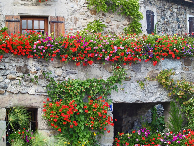 Härligt hus med blommor i Yvoire, Frankrike arkivfoton