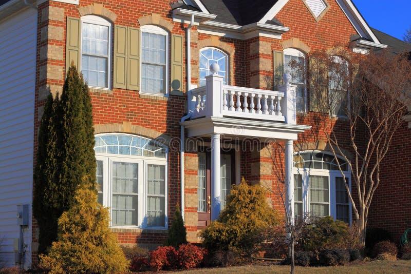 Härligt hus med den vita balkongen royaltyfria bilder