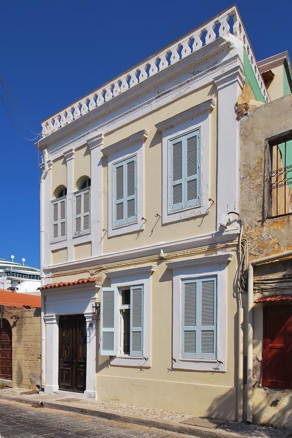 Härligt hus med träslutare i den gamla staden av Rhodes arkivbilder