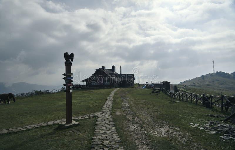 Härligt hus på en kulle med en pekare royaltyfri bild