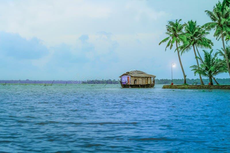 Härligt husbåtlandskap på Ashtamudi sjön royaltyfri bild