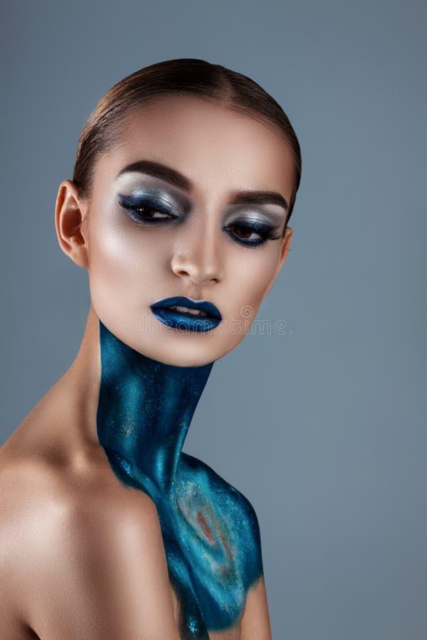 härligt idérikt flickasmink Blåa kanter för ljusa färger Begreppsmässig konst kosmoset, universumet royaltyfria bilder