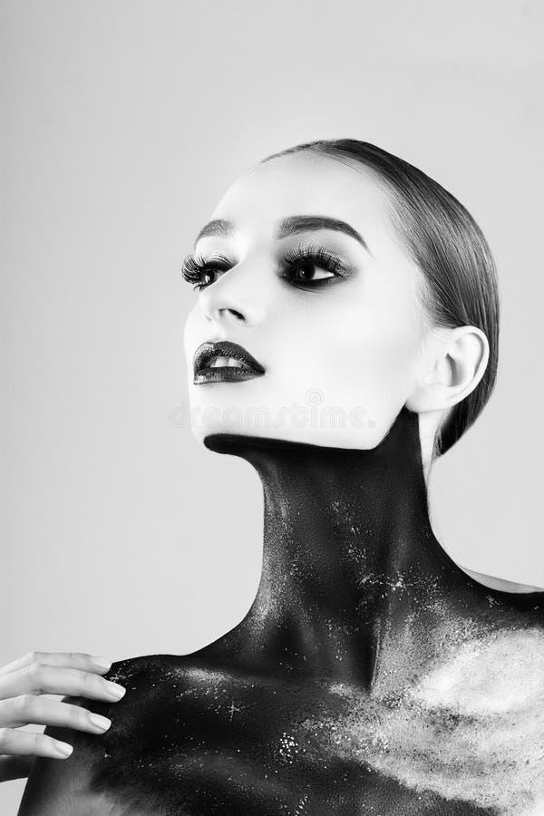 härligt idérikt flickasmink Blåa kanter för ljusa färger Begreppsmässig konst kosmoset, universumet fotografering för bildbyråer