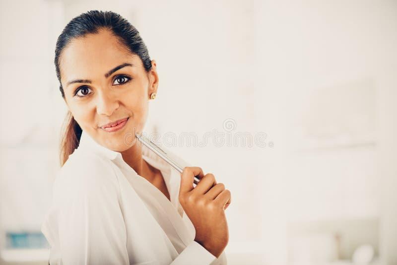Härligt indiskt le för stående för affärskvinna som är lyckligt arkivfoton