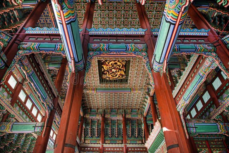 Härligt inre tak av en huskonung, som bodde i Januari 11, 2016 Gyeongbok slott i Seoul, Korea royaltyfri fotografi