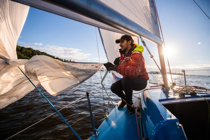 Härligt inspirerande skott av handlingaffärsföretaget av sjömannen eller kaptenen på yachten eller segelbåten som fäster den stor royaltyfria bilder