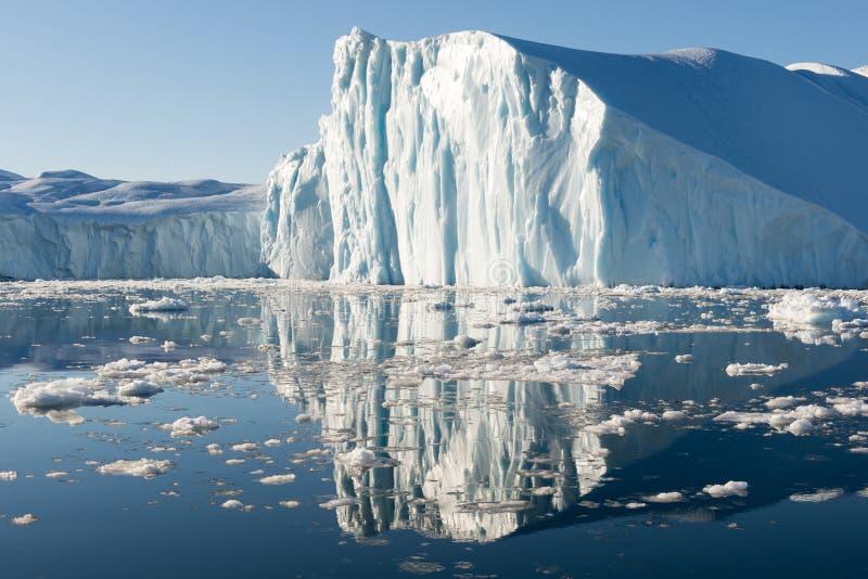 Härligt isberg fotografering för bildbyråer