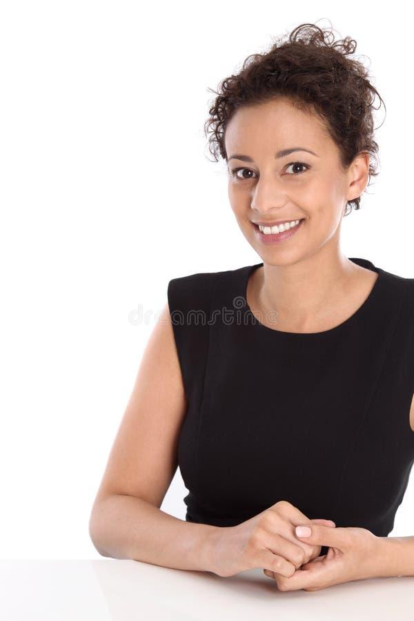 Härligt isolerat sammanträde för ung kvinna på skrivbordet som arbetar på egenn royaltyfri fotografi