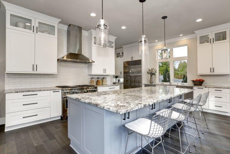 Härligt kök i modern inre för lyxigt samtidahem med ö- och rostfritt stålstolar fotografering för bildbyråer