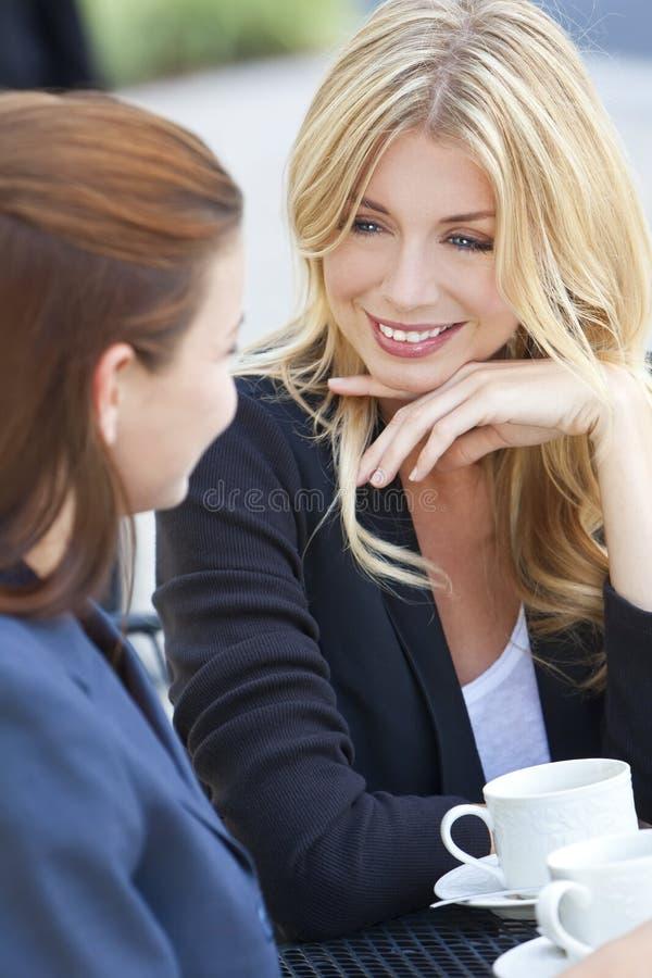härligt kaffe som har två unga kvinnor royaltyfri bild