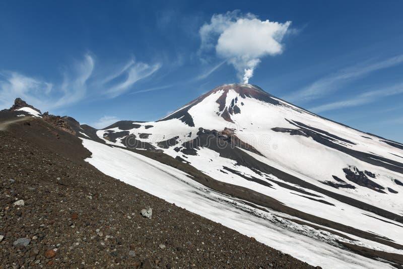 Härligt Kamchatka vulkaniskt landskap: aktiv Avachinsky vulkan Kamchatka Ryssland arkivfoton