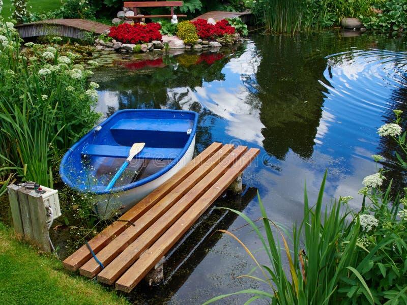 Härligt klassiskt damm för designträdgårdfisk med näckrons arkivfoton