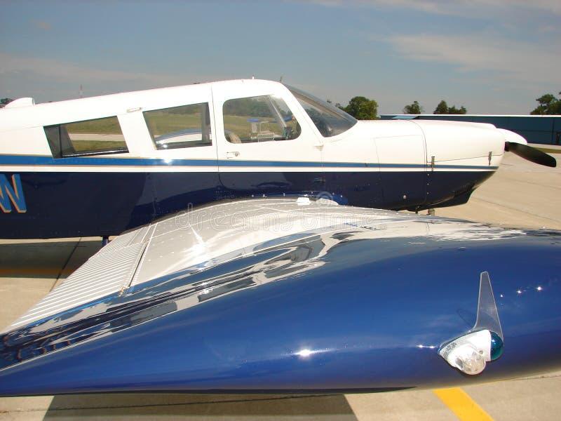 Härligt klassiskt Piper Cherokee 6 flygplan arkivbild