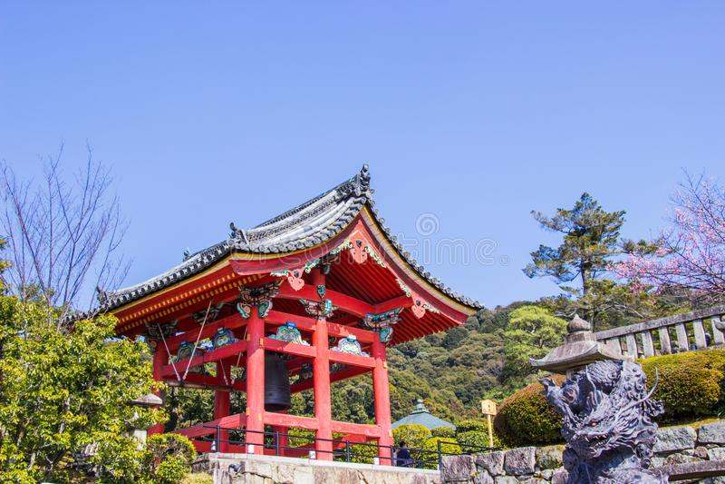 Härligt klockatorn inom den Kiyomizu-dera templet Den iconic buddistiska templet i kyoto under tid för körsbärsröd blomning går t arkivfoton