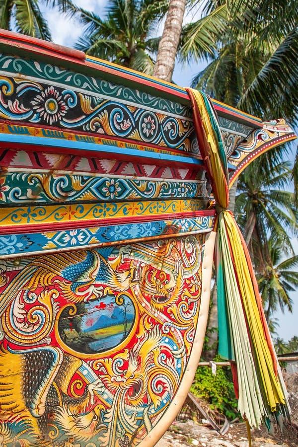 Härligt Kolae fartyg, traditionell thailändsk-Malayu fiskebåt Färgrik vägg- målning- och färgtorkduk som hänger på pilbågen av fa royaltyfria foton
