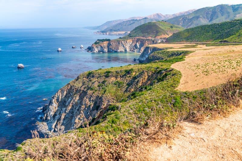 Härligt kustlinjelandskap av stora Sur, Kalifornien i sommar s royaltyfri foto