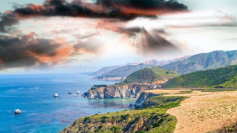 Härligt kustlinjelandskap av stora Sur, Kalifornien i sommar s arkivbild