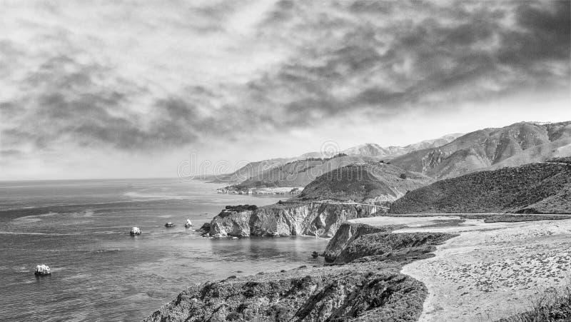 Härligt kustlinjelandskap av stora Sur, Kalifornien i sommar s fotografering för bildbyråer