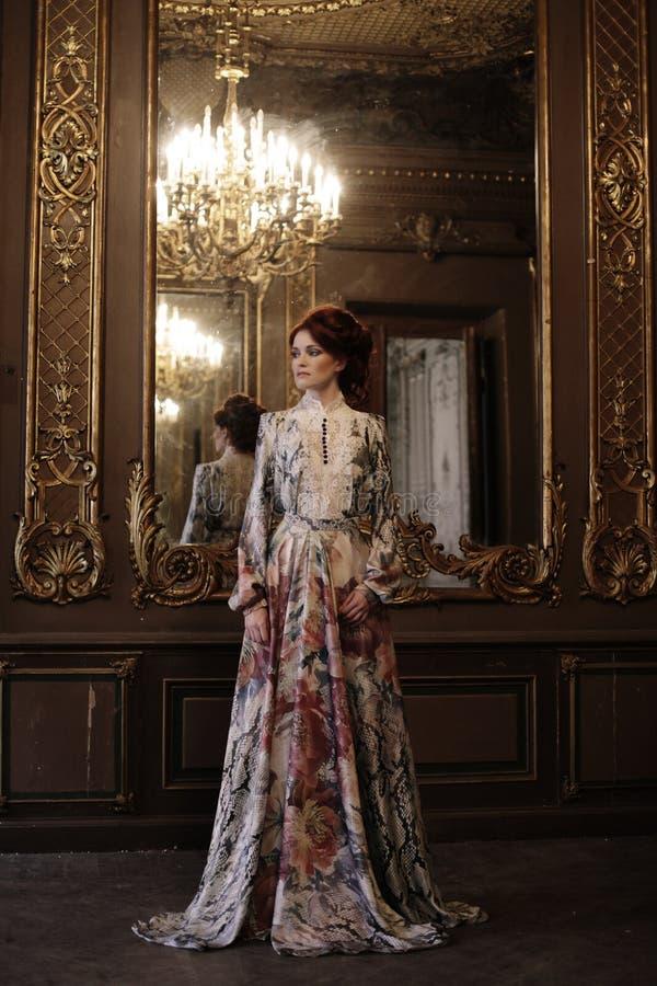 Härligt kvinnaanseende i slottrummet arkivbilder