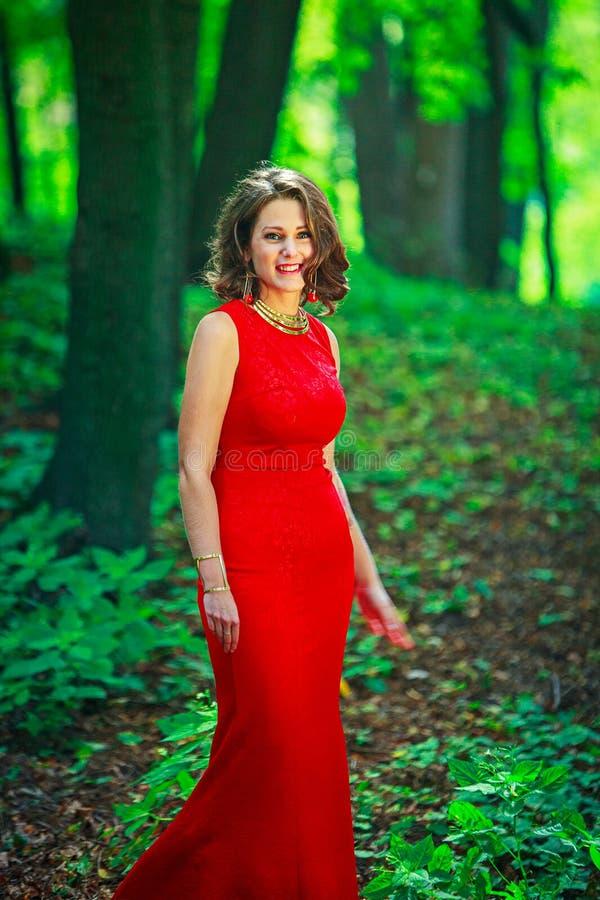 Härligt kvinnaanseende och le i abeautiful naturlig backg royaltyfri fotografi