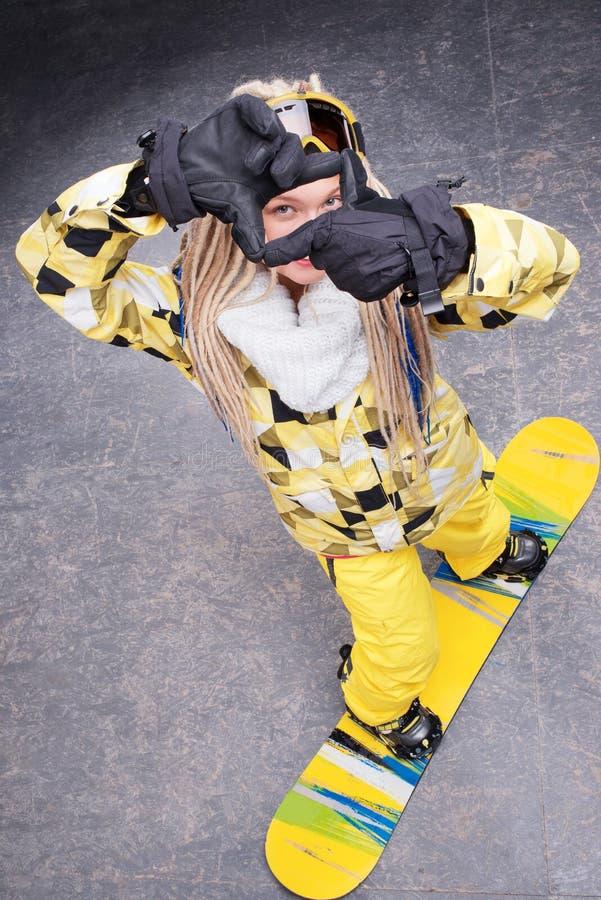 Härligt kvinnaanseende på snowboard royaltyfria foton